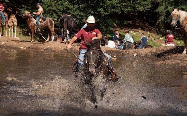 Cowboy al galoppo nel lago del matese